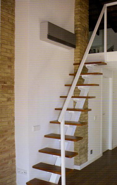 es una escalera especial para espacios reducidos con estructura metlica muy robusta y peldaos de madera maciza la barandilla esta disponible en varias
